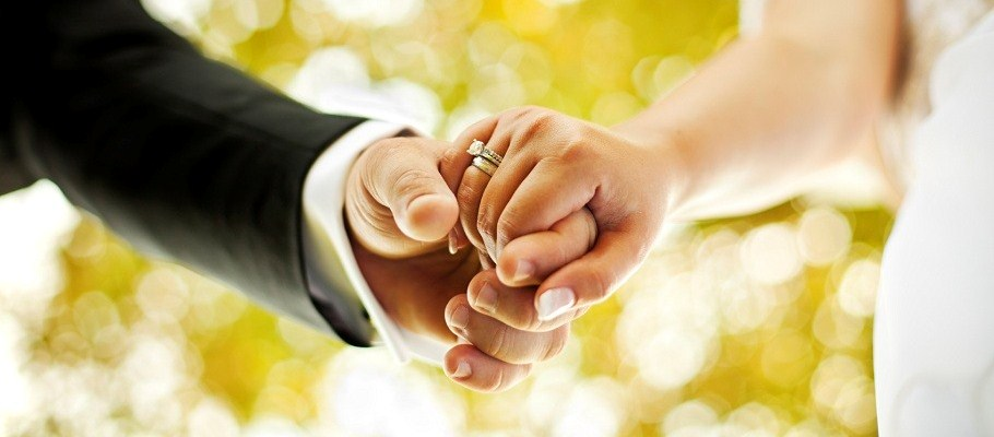 wedding day rings hold hands